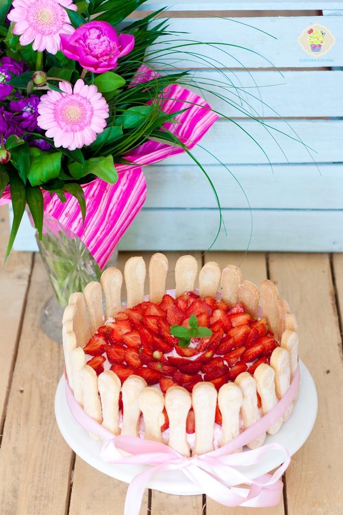 tort truskawkowy na zimno, śmietankowiec, śmietankowiec z truskawkami, przepis na tort truskawkowy, tort truskawkowy na zimno przepis