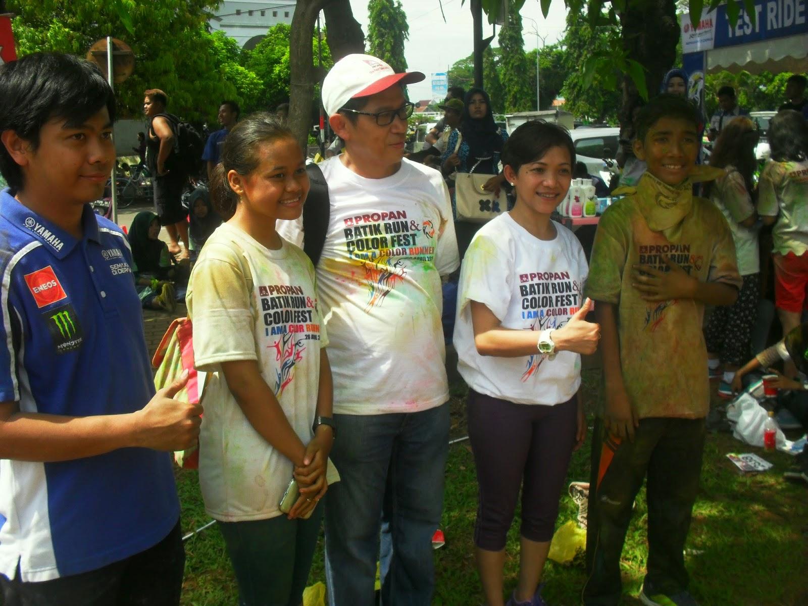 Amalia Sari Ramadhani, nomor dua dari kiri akhirnya bisa tersenyum lega karena bisa mendapatkan haknya