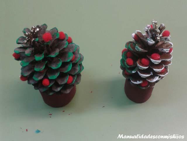 Arbolitos de navidad con piñas