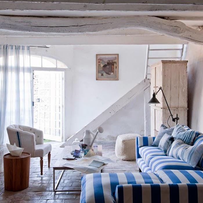 Sofa w paski niebieskie w stylu marynistycznym