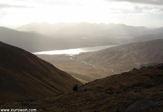 Paseando por la montaña Ben Creggan de Irlanda