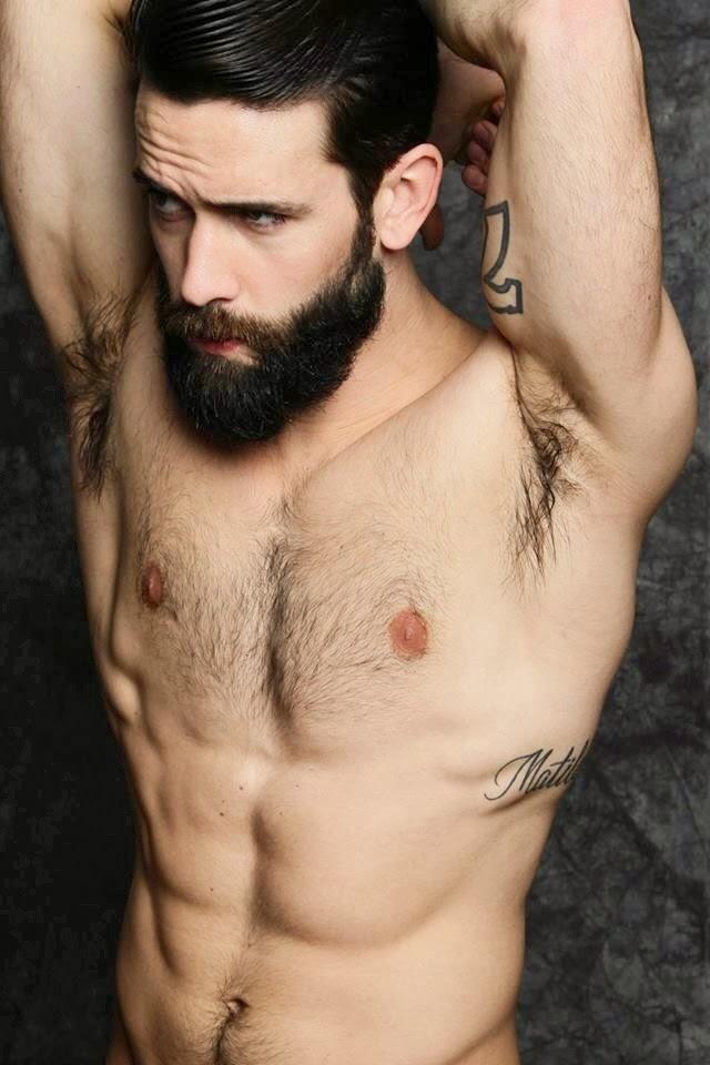 homme barbu torse nu sexy
