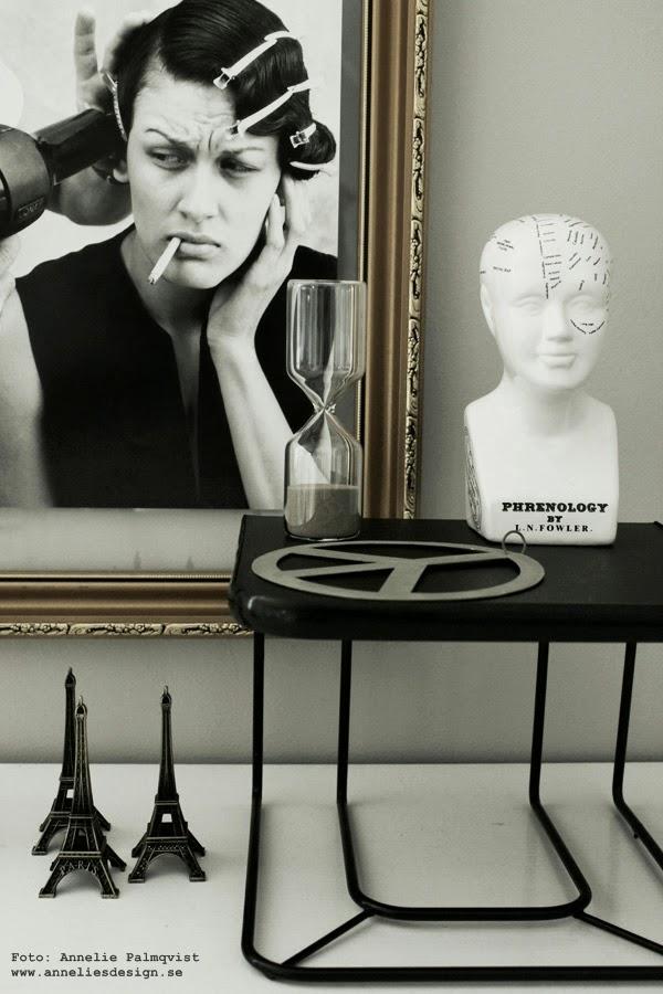 litet bord i stilleben, skapa olika nivåer, svart och vitt, svartvit, svart telefonbord, loppis, loppisfynd, timglas, webbutik, peace, webbutiker med inredning, eiffeltorn, eiffeltornet, guldram, svartvita, detaljer, inredning, inredningsblogg, blogg, bloggar,