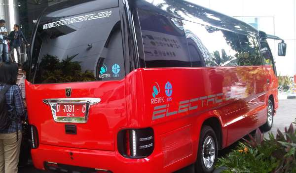 Foto Minibus Buatan Indonesia Seharga Rp.900 Juta Per Unit