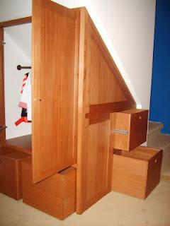 Muebles andrea schoennenbeck for Closet con escalera