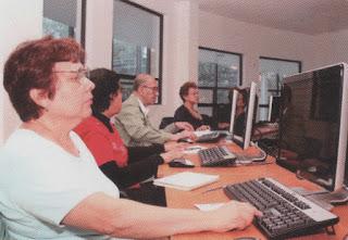 Adultos mayores aprendiendo computación.