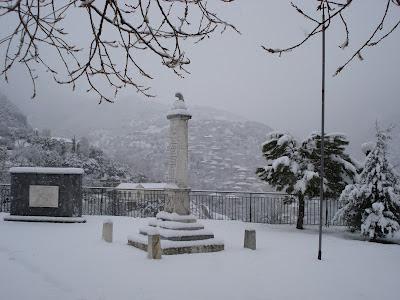 Η κεντρική πλατεία με το Ηρώον των πεσόντων (1912-1940) και το Μνημείο οπλαρχηγών και αγωνιστών του 1821