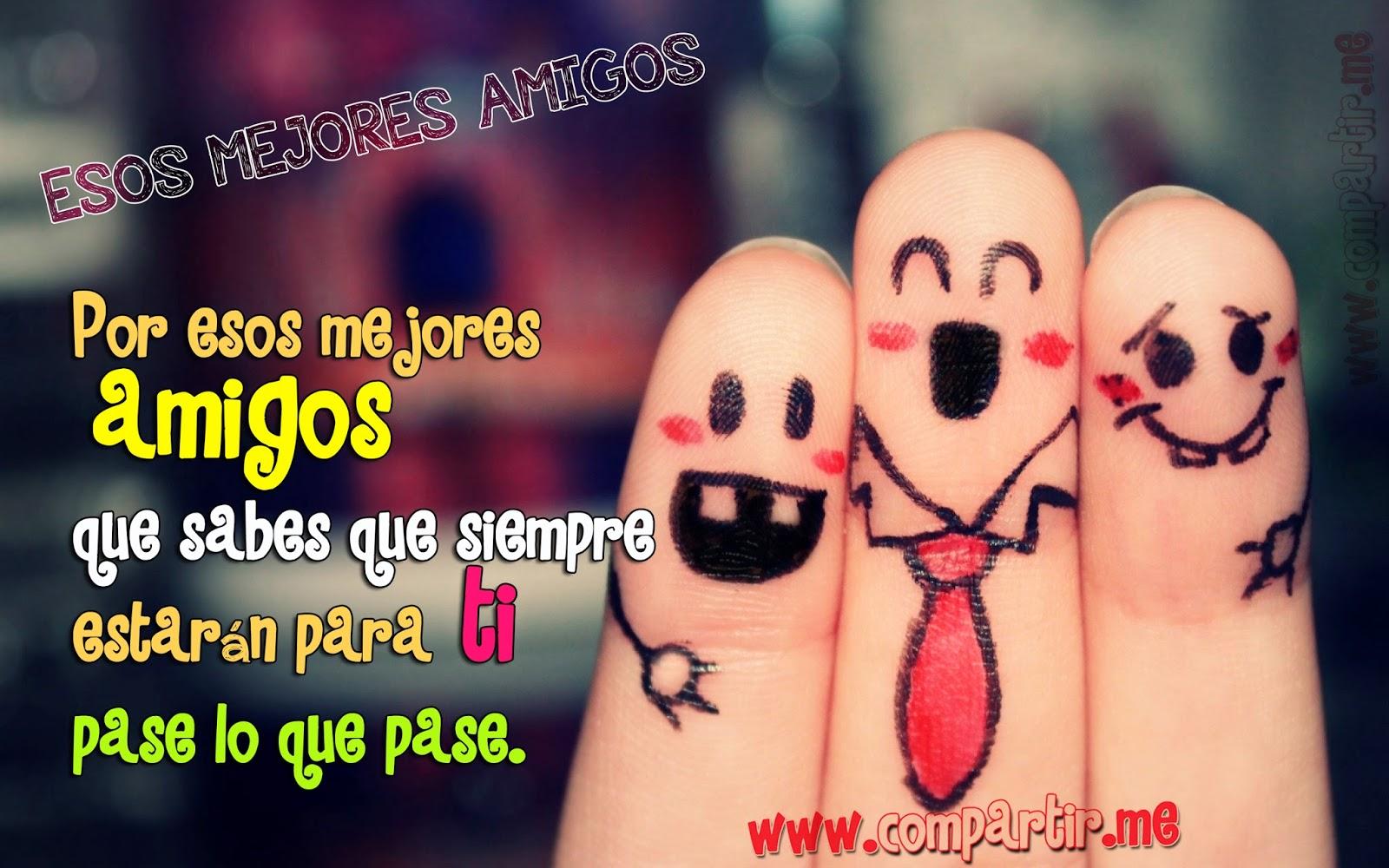 Imagen de tres dedos con los rostros de amigos abrazados alegres y riéndose