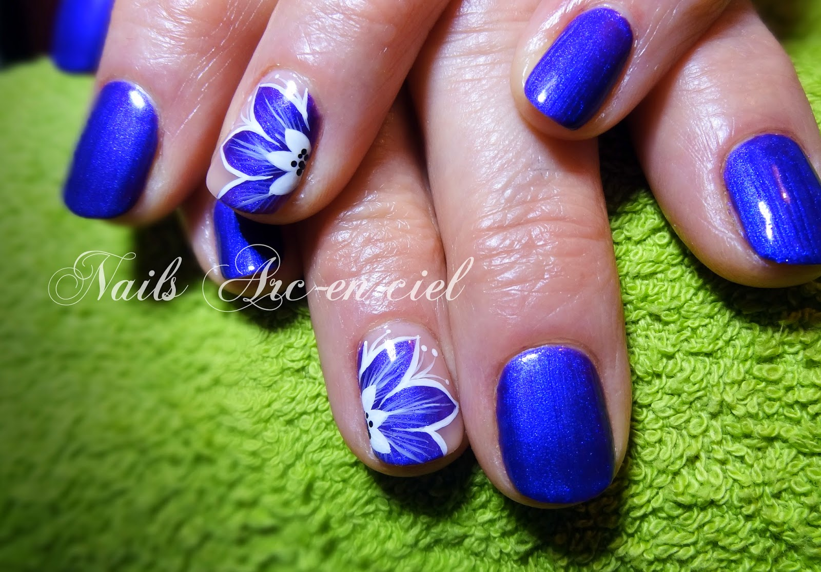 nail art fleur bleu semi-permanent