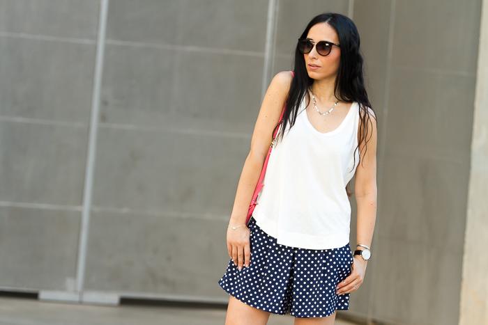 BLogger de moda valenciana con Pantalones cortos de topos azul marino