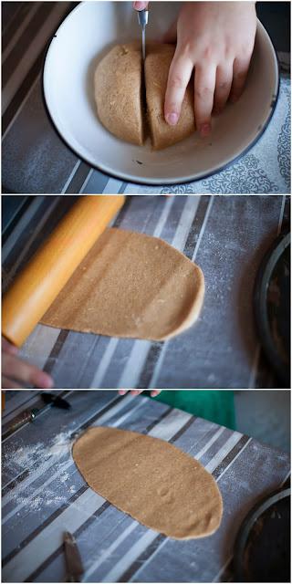 раскатываем тесто для рождественского печенья