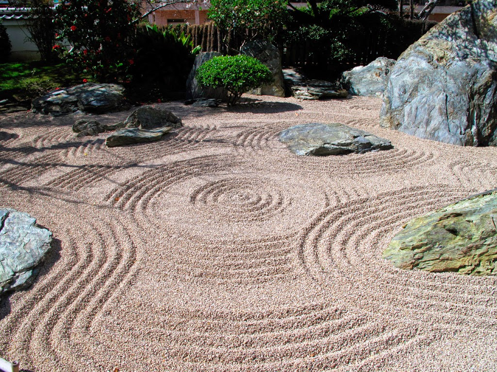 Yusuke japan blog clam and peaceful japanese rock garden for Japanese stone garden