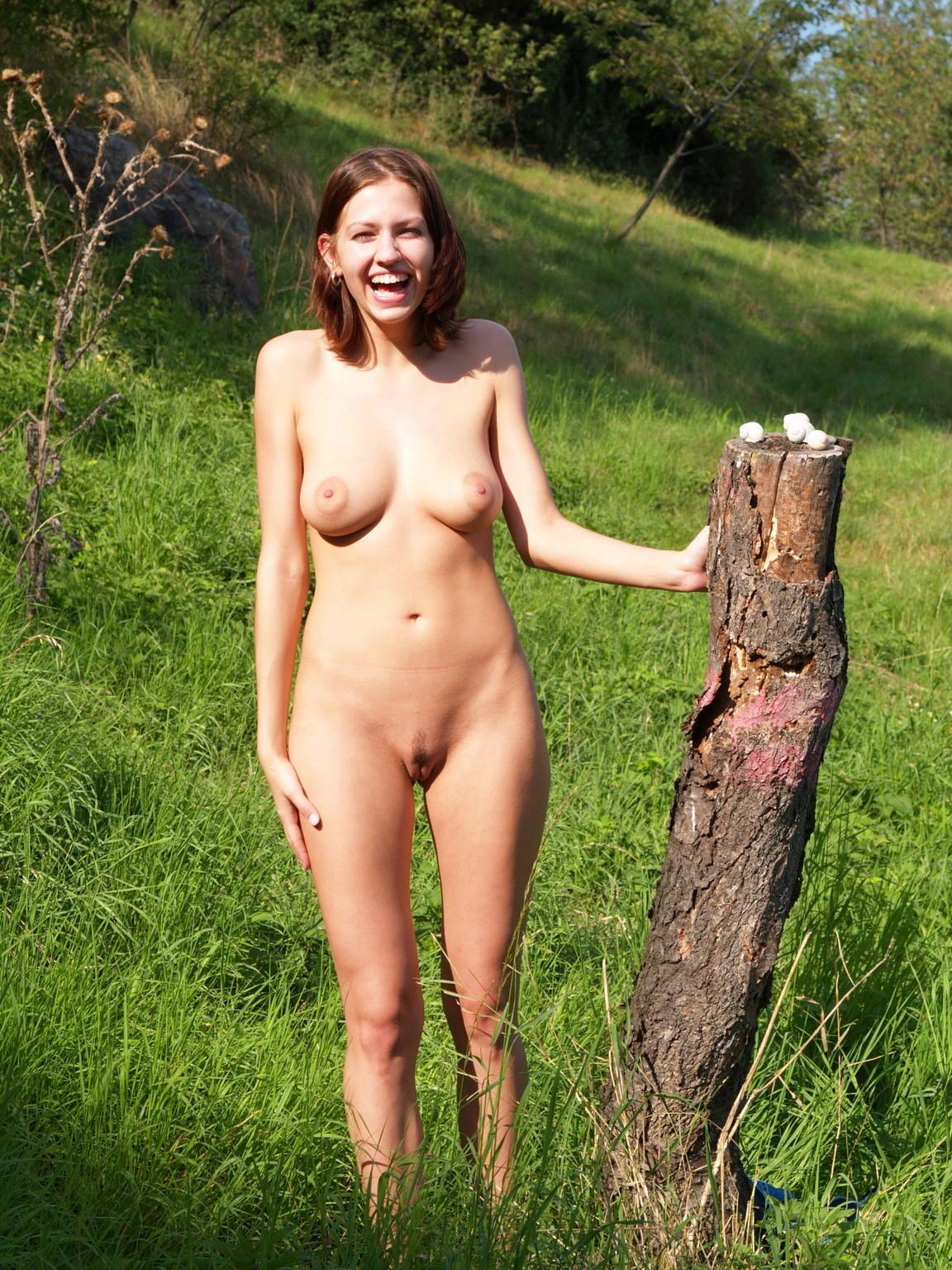 Chica desnuda en campo de flores