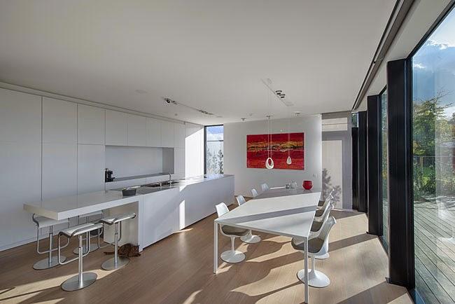 Casas minimalistas y modernas casa minimalista frente al lago for Casa minimalista vidriada