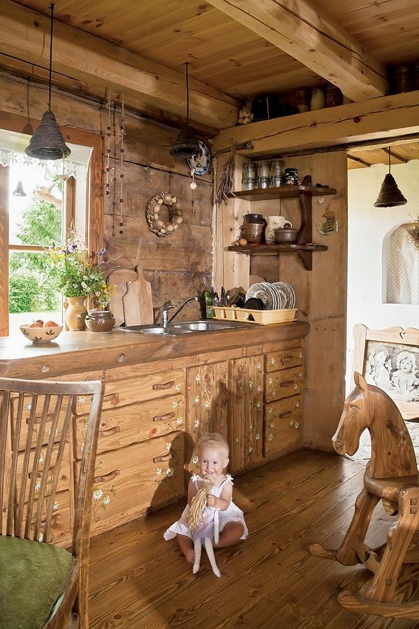 centro de la cabana y los techos bajos de maderos importantes para