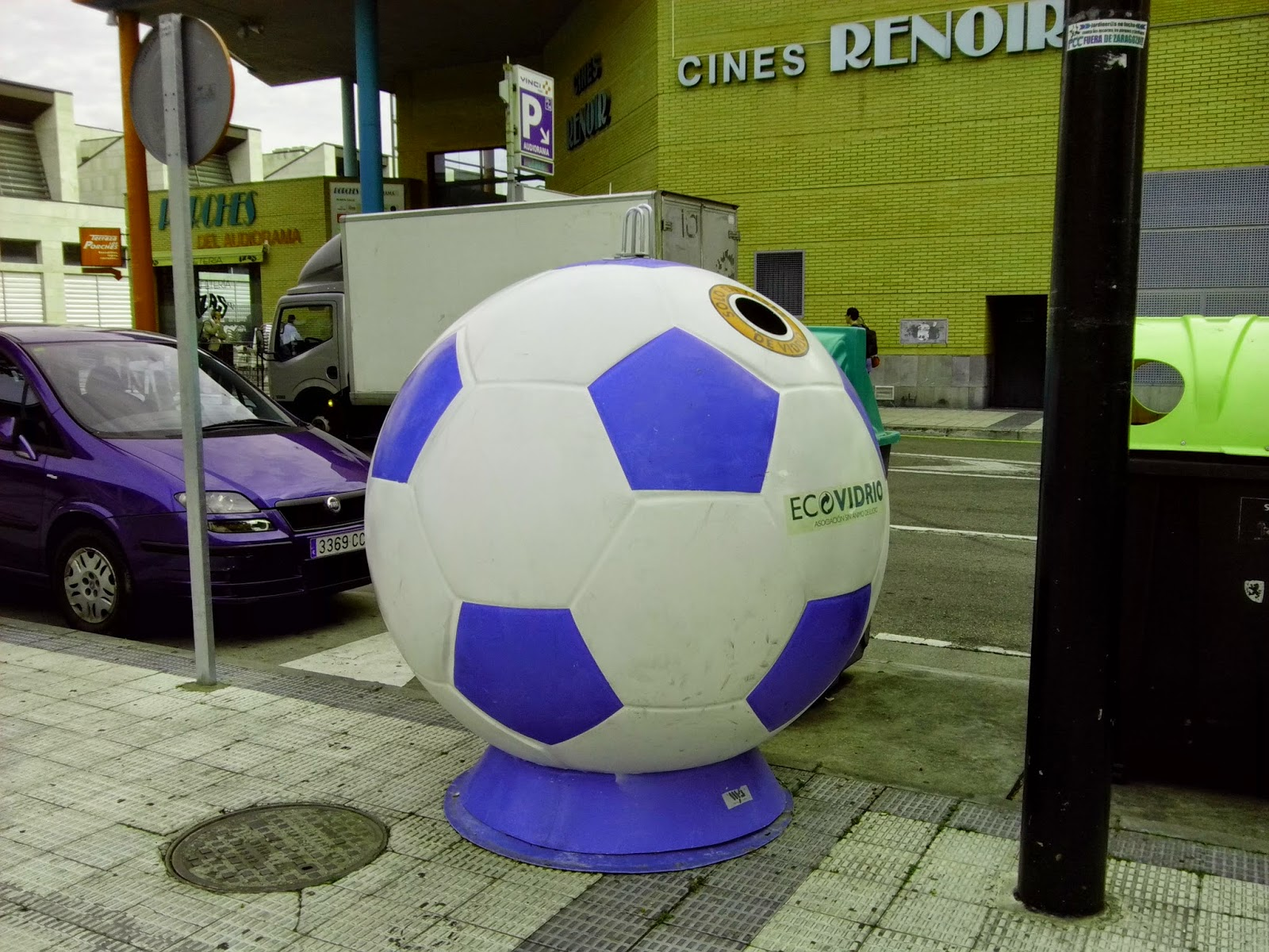 Contenedores de vidrio con forma de balón de futbol azul y blanco en los alrededores de la Romareda