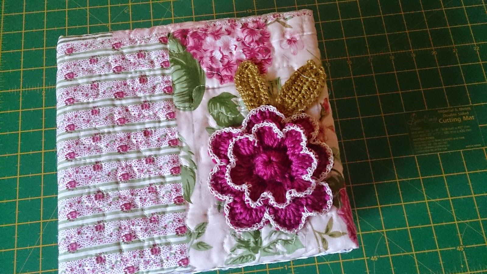 Caja de cartón decorada con tela goma Eva y una flor a ganchillo ...
