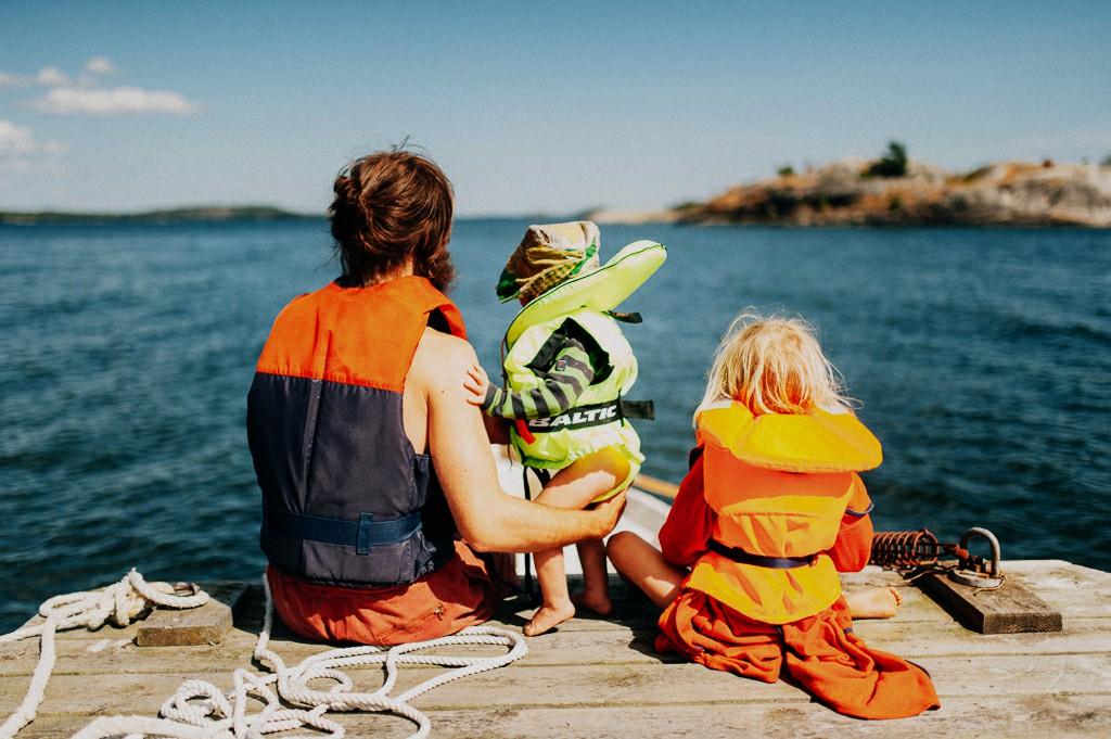 Familj på brygga i Stockholms Skärgård