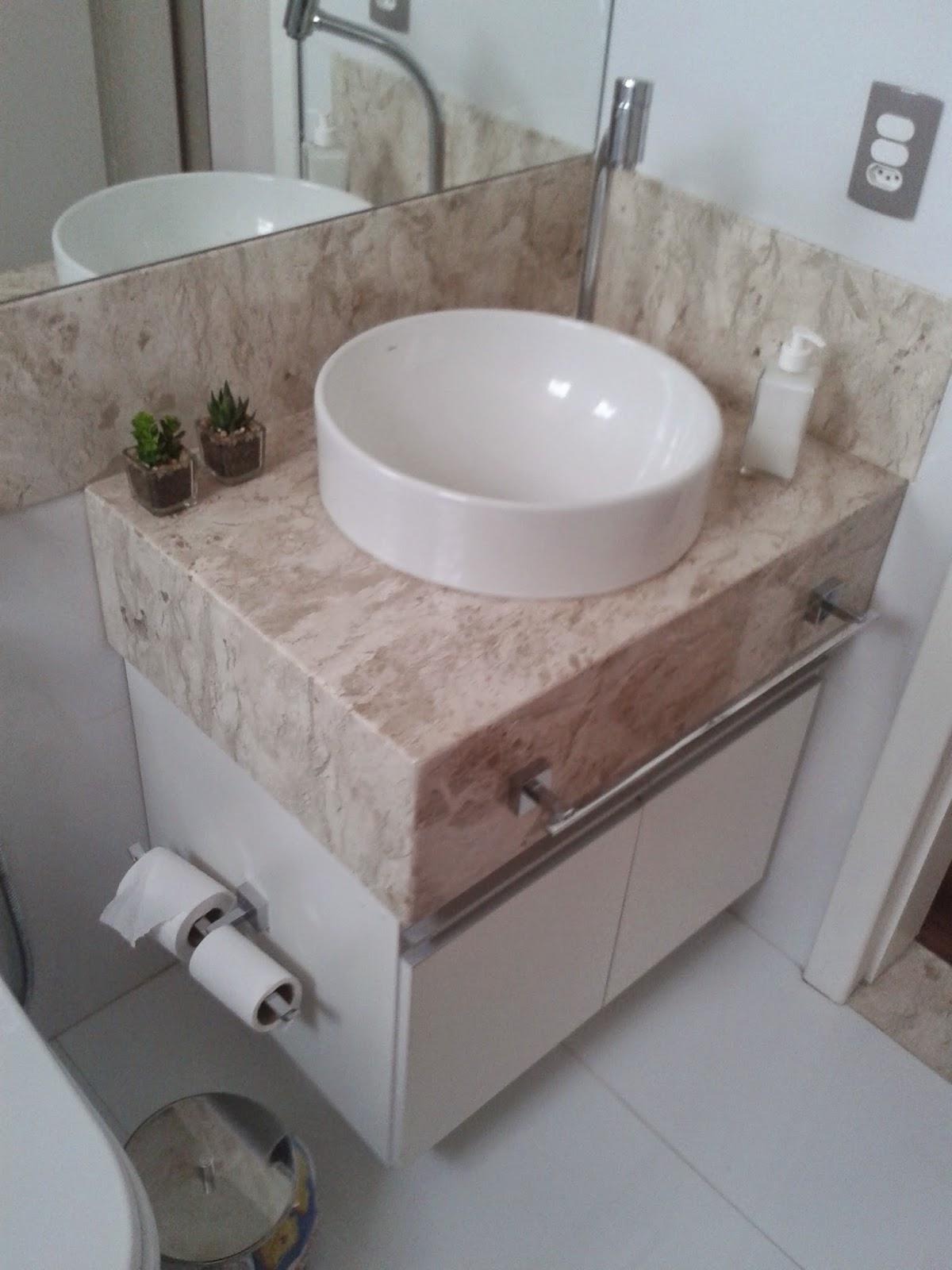 No banheiro a bancada em mármore bege bahia foi feita na Marmoraria  #624E48 1200x1600 Bancada Banheiro Leroy
