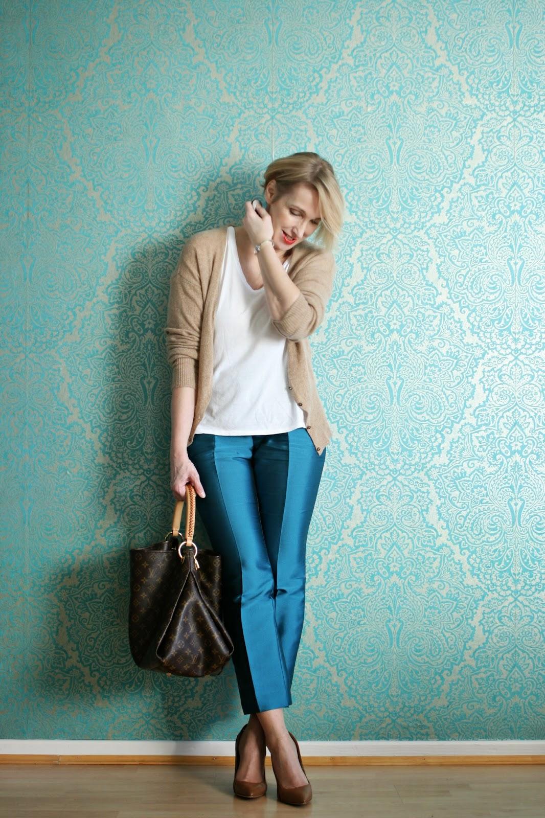 Blaue Hose mit beige kombiniert
