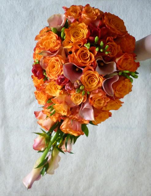 Narancs színű csepp alakú menyasszonyi csokor kálából és rózsából