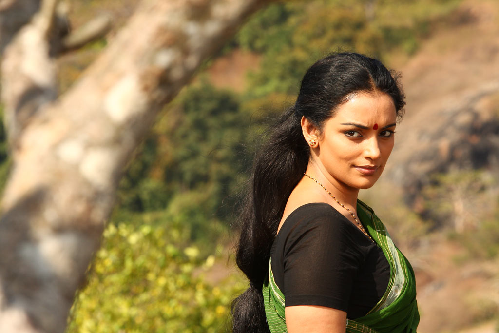 swetha menon spicy hot exposing photo shoot ragile kasi telugu movie stills