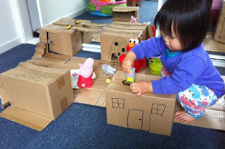 Rumah-rumahan boneka dari kardus