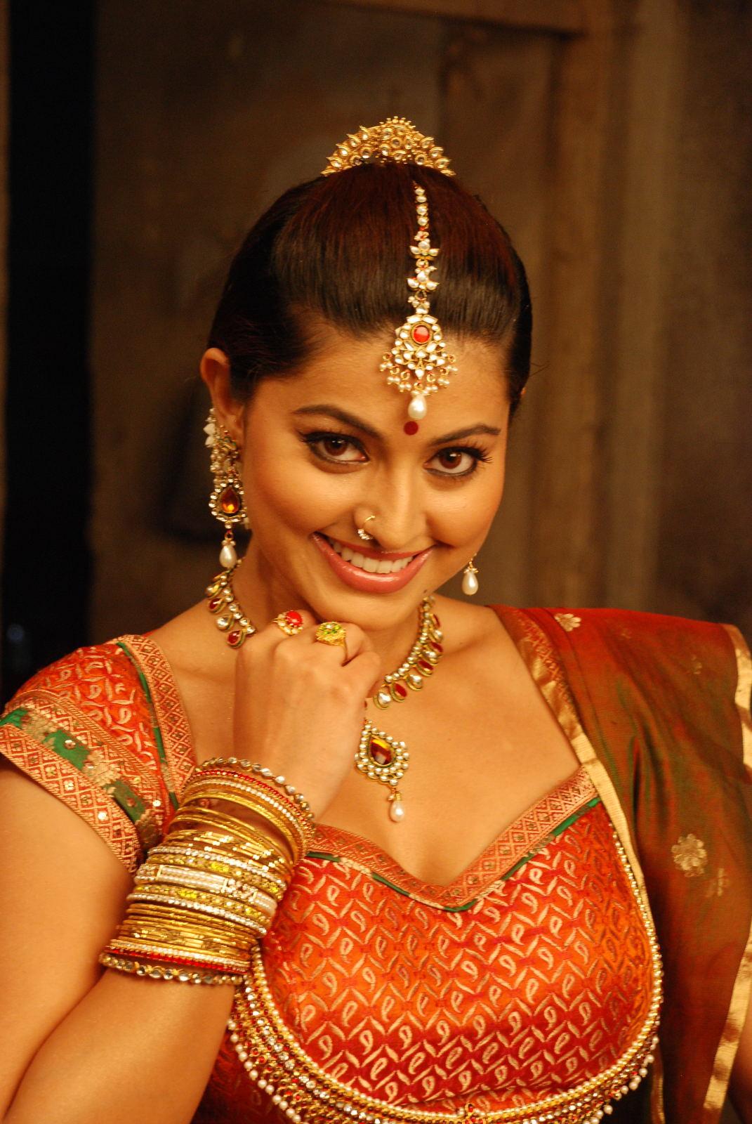 Tamil Actress Gorgeous Sneha Beautiful Hot Stills Ponnar