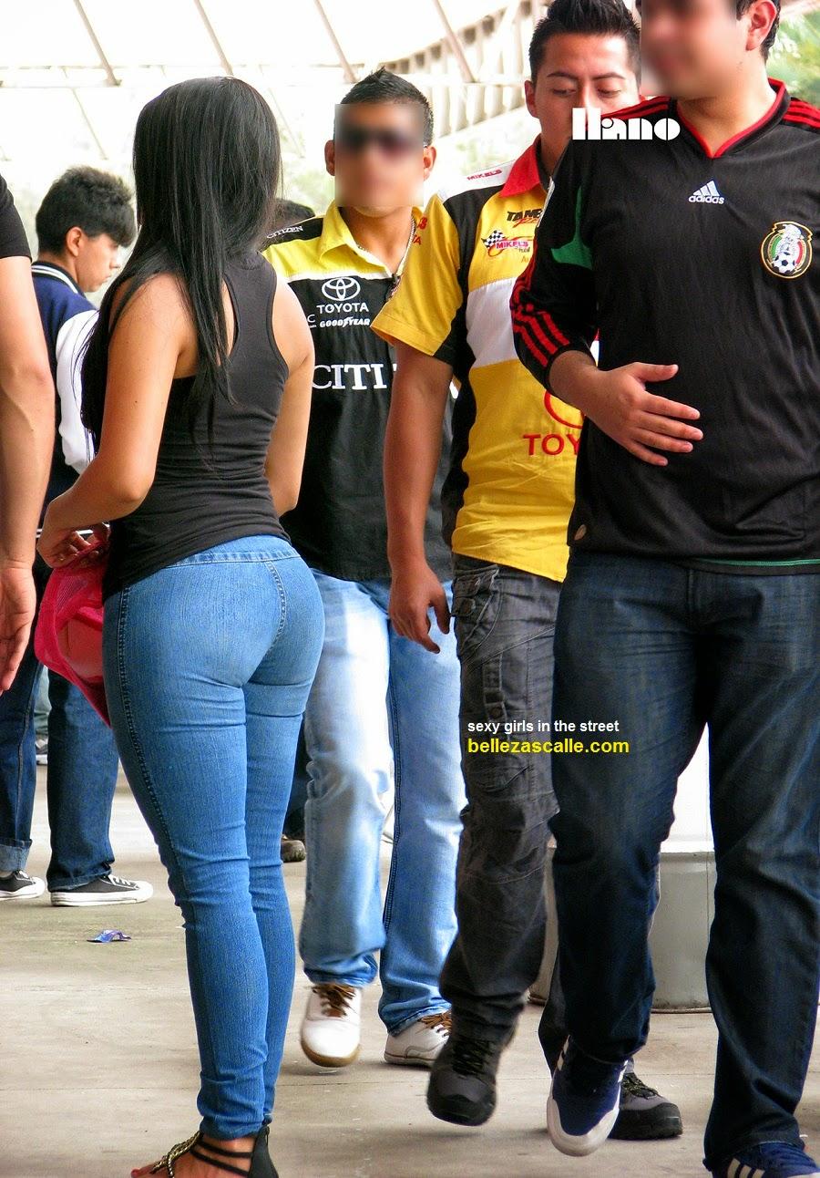 Chica adolescente en jeans ajustados
