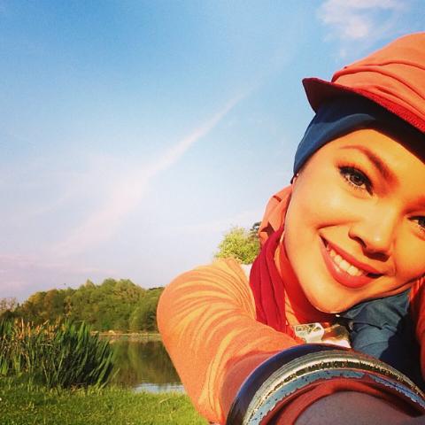 Biodata dan Koleksi Foto Cantik Berjilbab Dewi Sandra