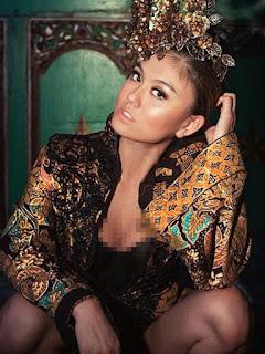Foto Kebaya Batik Agnes Monica Karya Anne Avantie Pose Berani
