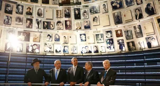 Президент США Обама в мемориальном музее холокоста в окружении еврейских лидеров