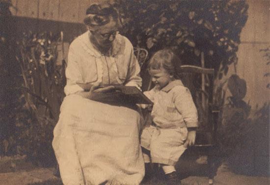 Grandma-reading-grandchild