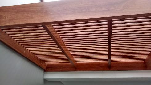 Techo sol y sombra de madera for Canaletas para techos de madera