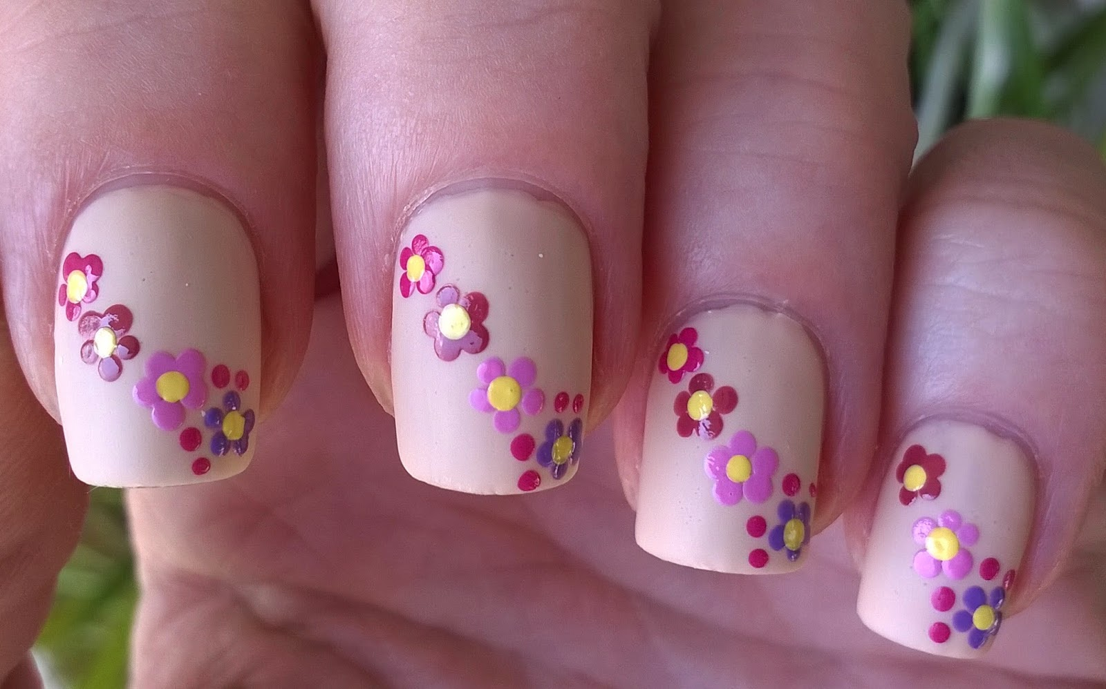 Life World Women: Matte Nail Design / Nude Floral Nails