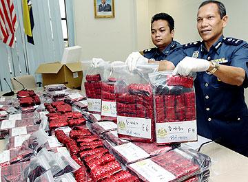 Kembara dadah RM6 juta, NILAI: Cubaan seorang lelaki tempatan menyeludup masuk dadah dari Taiwan ke negara ini gagal apabila Kastam Diraja Malaysia (KDRM) merampas 298,750 biji pil Eramin 5 bernilai hampir RM6 juta dalam serbuan di Yong Peng, Johor, Khamis lalu.