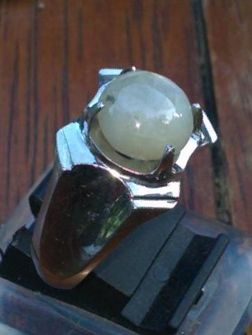 batu safir putih atau white sapphire cantik dengan star halus batu