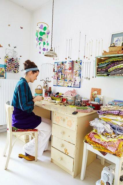 Atelier de couture. Des astuces pour ranger mes bobines, mes rubans,  des meubles à tiroirs pour trier mes tissus et mes patrons, une déco  lumineuse et