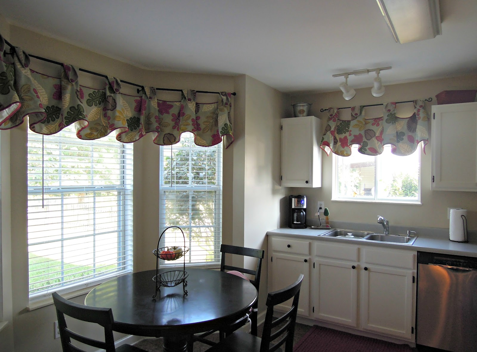 Pate meadows kitchen valance julia style creatively for Contemporary kitchen window treatment ideas