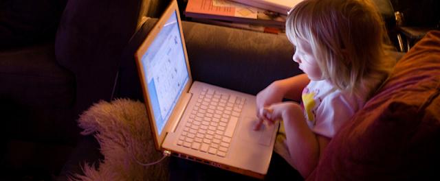 Ésta es la era del conocimiento y los jóvenes pasan cada vez más tiempo con las computadoras, los teléfonos inteligentes y otros dispositivos. La semana pasada conocimos el estudio realizado por la Universidad de Boston acerca de ¿Por qué usamos Facebook?. Queremos conocer la causa de tanta atención invertida en internet. Ahora entra en juego un nuevo análisis que impulsa a los investigadores a preguntarse cómo todo ese tiempo de pantalla y multitasking afecta a los niños y adolescentes en su capacidad para concentrarse y aprender – incluso conducir automóviles. Un estudio de la Universidad de Stanford, publicado el último