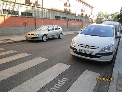 Se observa la falta de visibilidad del tráfico desde el vado del paso de peatones.