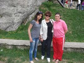 Prof. Liliana Hudea (în  mijloc ), cu Prof. Mihaela Nedeloiu şi eleva Teodora Cojocaru, cls aVIII-a