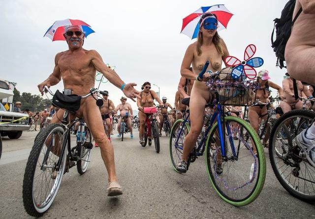 Bristol nackt Fahrrad fahren Fotos