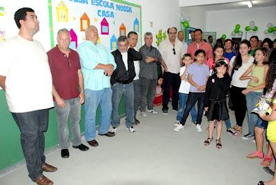 Moradores, pais, alunos e autoridades prestigiam a entrega da escola do Corta Vento totalmente recuperada à população