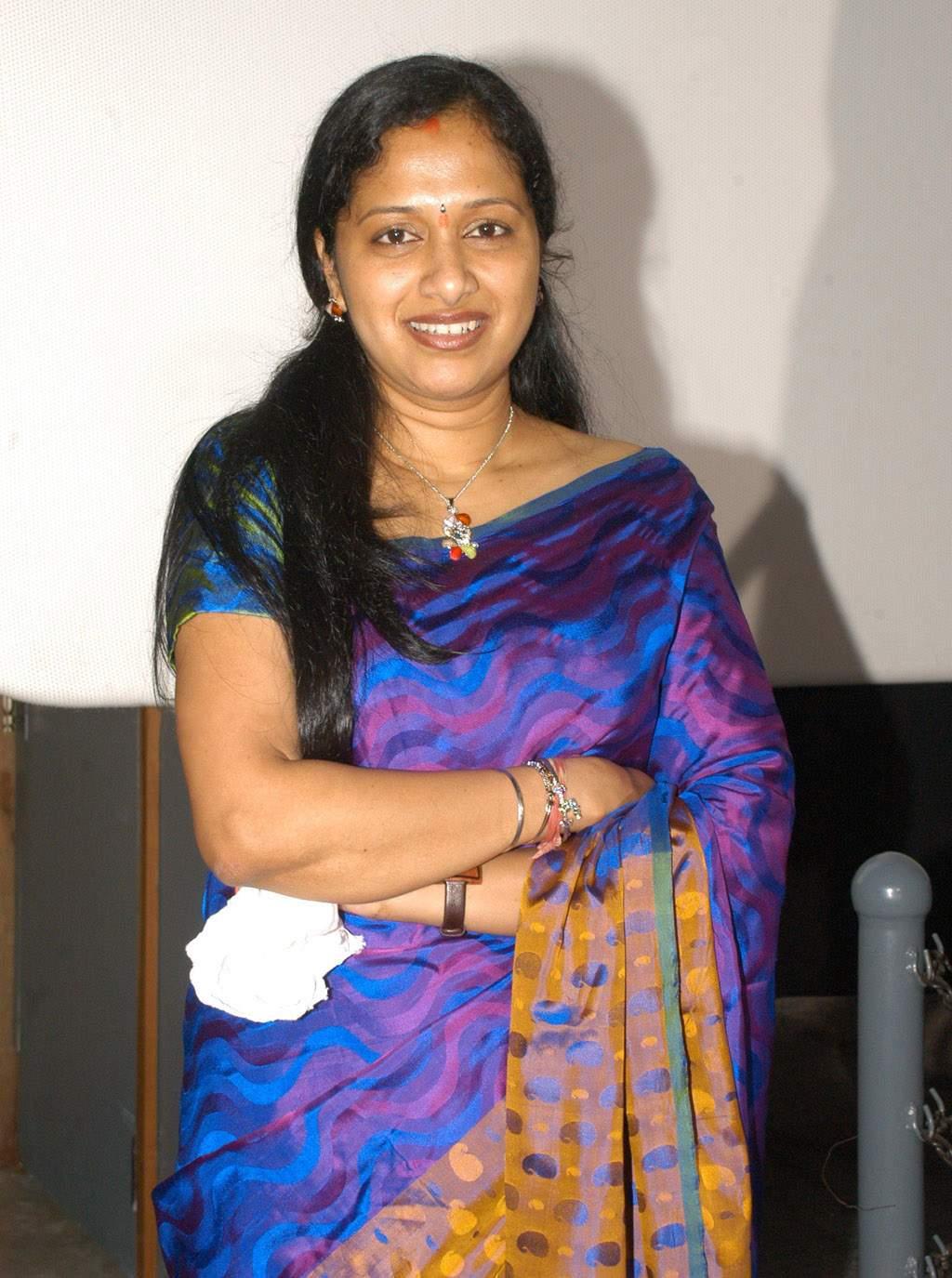 http://3.bp.blogspot.com/-4rUafAhH8WY/T0BP8PCUJfI/AAAAAAAAH7s/F7NXpuXdo8I/s1600/Tv-anchor-Anita-Chaudary-in-blue-saree-photos_01.jpg