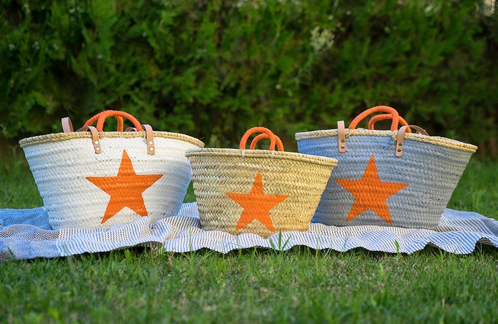 Capazos Stars blanco, natural y gris con estrella naranja y toalla Chipre negro