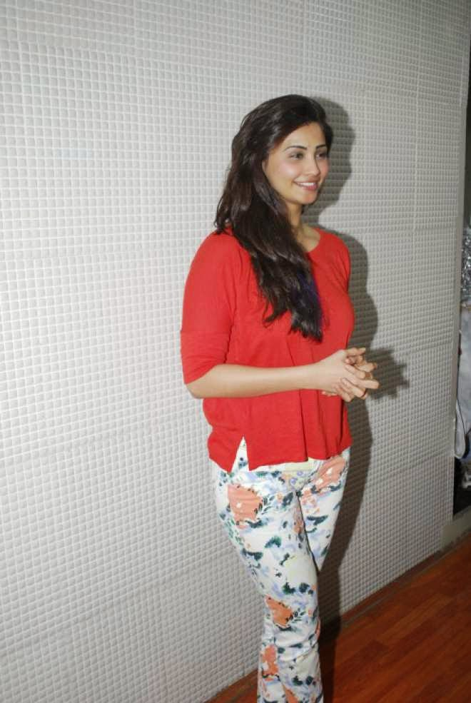 diasy shah latest stills in red top
