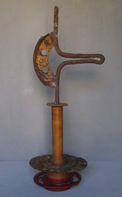 Obra de arte realizada ensamblando objetos encontrados y materiales pobres, en este caso, de maquinaria antigua. By Ima Pérez-Albert