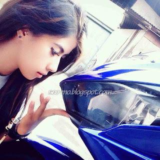 Foto Indri Barbie dengan Motornya Yamaha R25