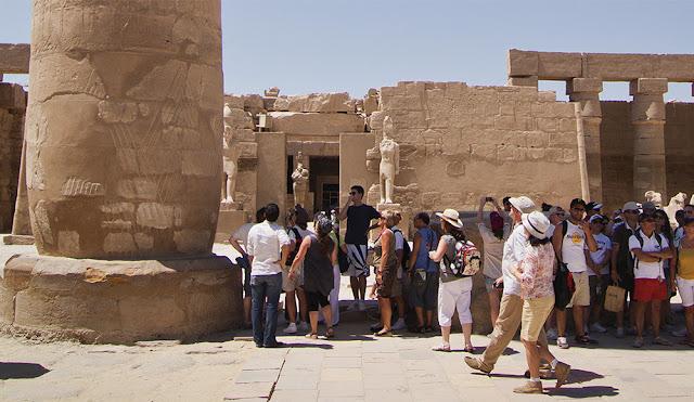 Turistas en Karnak